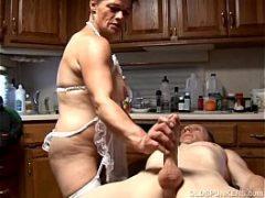 Esposa danada batendo uma para o marido no balcão da cozinha