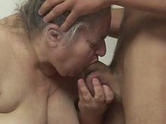 Vozinha safada mamando o amigo do seu neto
