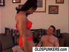 Corno filmando a esposa coroa dando para um novinho