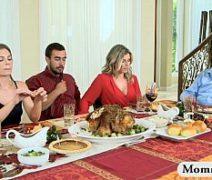 Comendo a sogra gostosa e a namorada depois do jantar em família