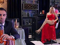 Milf é seduzida por uma loira gostosa que a convida para um sexo a três