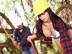 Mulher na obra causa alvoroço entre os funcionários