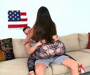 Sexo americano com milf gostosa pagando boquete e dando a xota