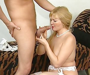 Velho chupando buceta da esposa coroa e recebendo um boquete