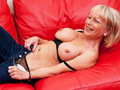 Velha peituda com piercing na buceta se masturbando no sofá