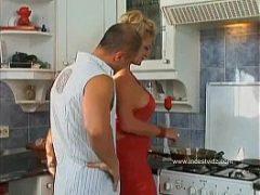 Veporn na cozinha com linda milf loira