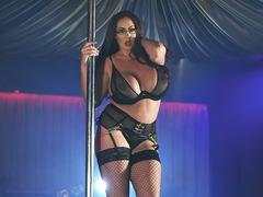 Coroa tetuda fazendo striptease