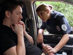 Motorista sortudo recebe um boquete da policial gostosa