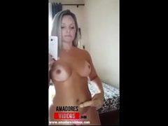 Porno caseiro da coroa loira bruta batendo siririca pro grupo do whats