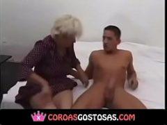 Novinho fez sexo com maduras e gozou
