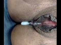 Colocando leitinho dentro da xoxota da safada