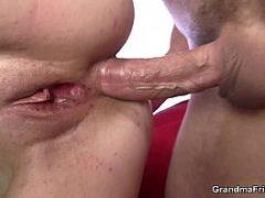 Garoto de programa comendo o cu da coroa carente de sexo anal