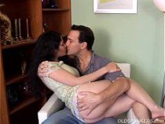 Homem fazendo amor com uma coroa experiente panela velha é que faz comida boa