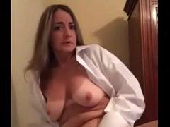 Mãe batendo uma siririca na web cam do filho