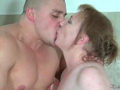 Homem sarado beijando a coroa deliciosa