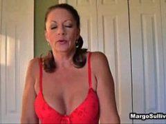 Mae safada super sensual usando uma lingerie vermelha
