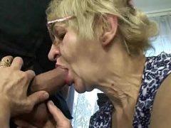 Vovó fazendo sexo oral na rola de um garotão