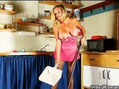 Patrão assite empregada se masturbar na cozinha