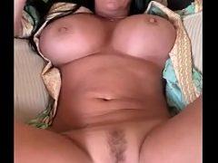 Morena madura mostrando seu corpo sensual