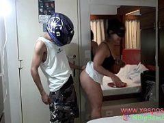 Motoboy tarado comendo a coroa de saia curta