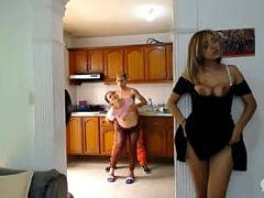Esposa escutando a empregada gemer na pica do seu marido