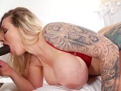 Loira tatuada boquetando a rola do negão gostoso