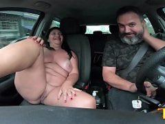 Madura de 49 anos se exibindo para o motorista