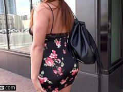 Milf andando de vestidinho curto na rua e ganhando olhares