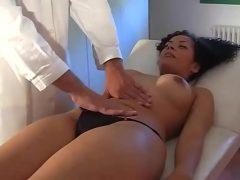 Mulher perfeita dando em cima do médico ginecologista