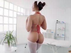 Enfermeira se masturbando com o seu brinquedinho
